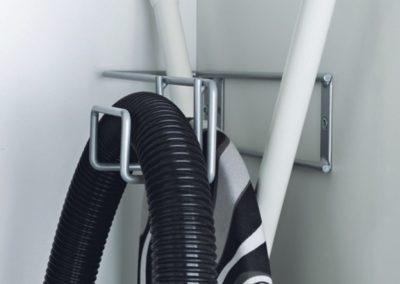 Držák pro žehlící prkno a hadici vysavače – šedý